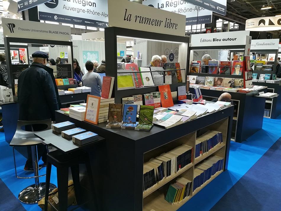 Stand des éditions la Rumeur libre au Salon du livre de Paris le 16 mars 2019.